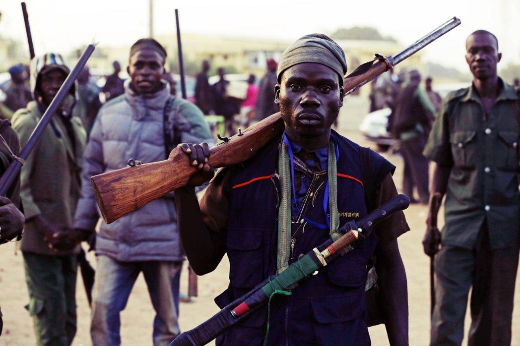 奈及利亞獵人們,武裝抵禦博科聖地的攻擊,圖為資料照片。 圖/美聯社