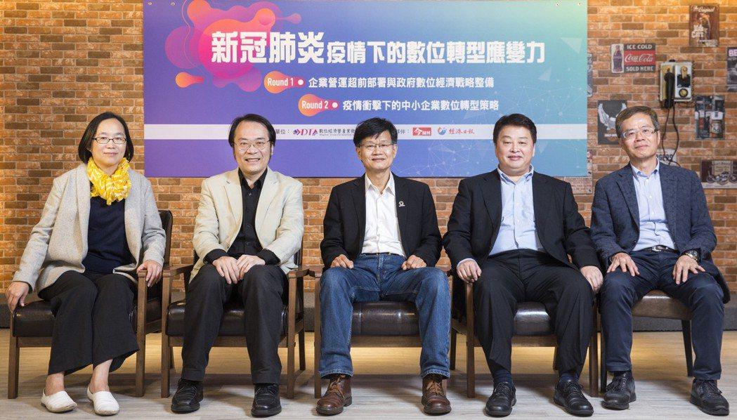 數位經濟暨產業發展協會邀請專家(左起:g0v揪松團團長侯宜秀、前Google台灣...