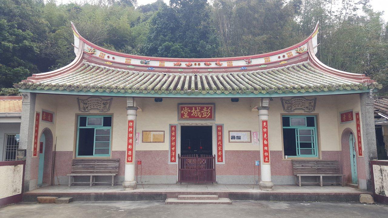 西湖鄉黃金一路沿線的歷史建築「劉恩寬古宅」。 圖/胡蓬生 攝影