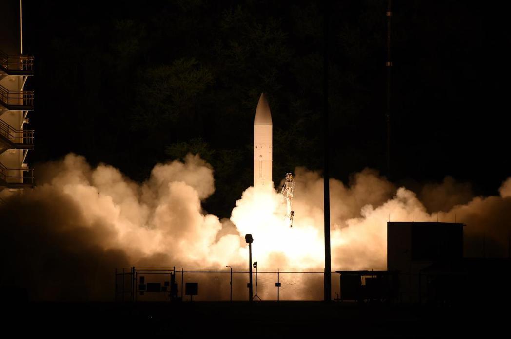 從考艾島發射場試射的共用極音速滑翔體,未來會改用較小的火箭推進器,使其可從陸軍的拖車與海軍的潛艦發射。 圖/取自美國太平洋艦隊