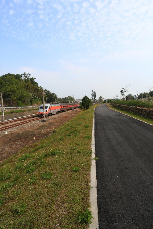 三縱之一的「桐花綠廊自行車道」景色優美,其中南勢火車站段,還可見到火車在一旁呼嘯...