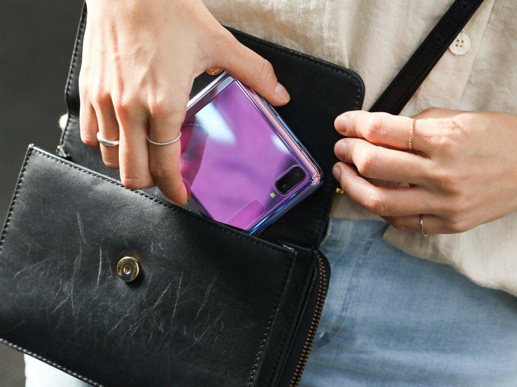 SAMSUNG Galaxy Z Flip  搶眼的外觀也是時尚的配件。 圖/吳...