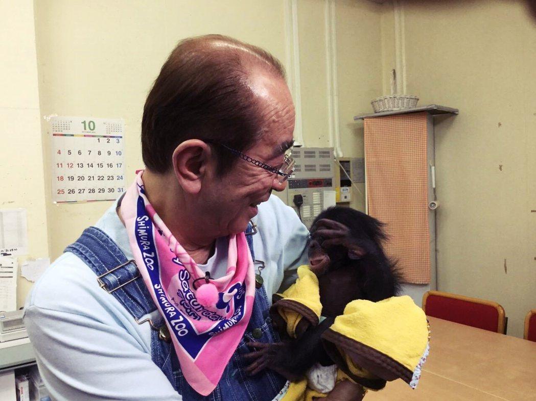 圖為志村健與小猩猩。志村健為知名的動物愛好者。 圖/志村健臉書