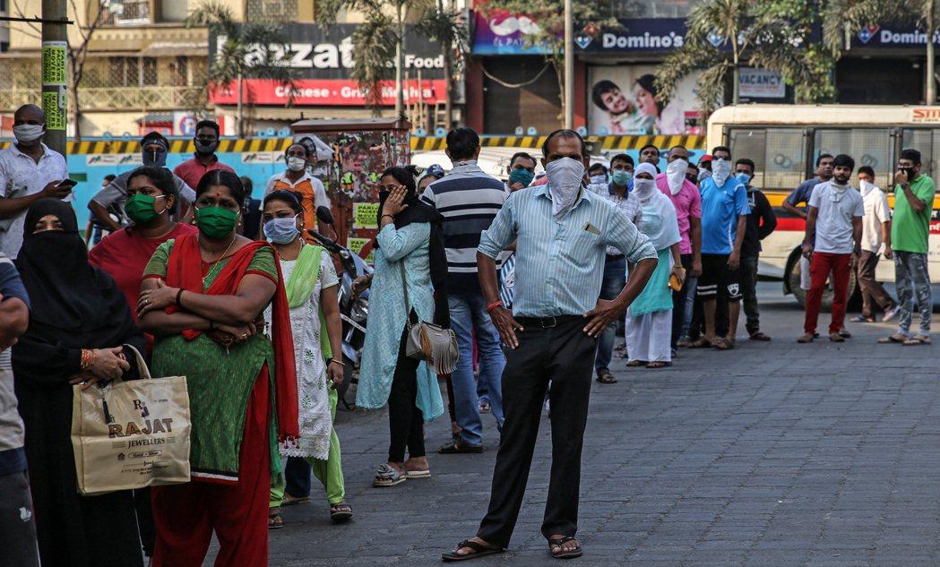 馬哈拉施特拉邦25日,民眾上街排隊搶買物資。 圖/歐新社