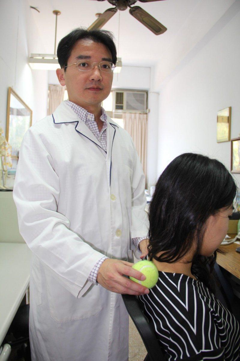 弘光科技大學物理治療系教授吳錫昆表示,因久坐或姿勢不良導致腰部痠痛,可用「網球物...
