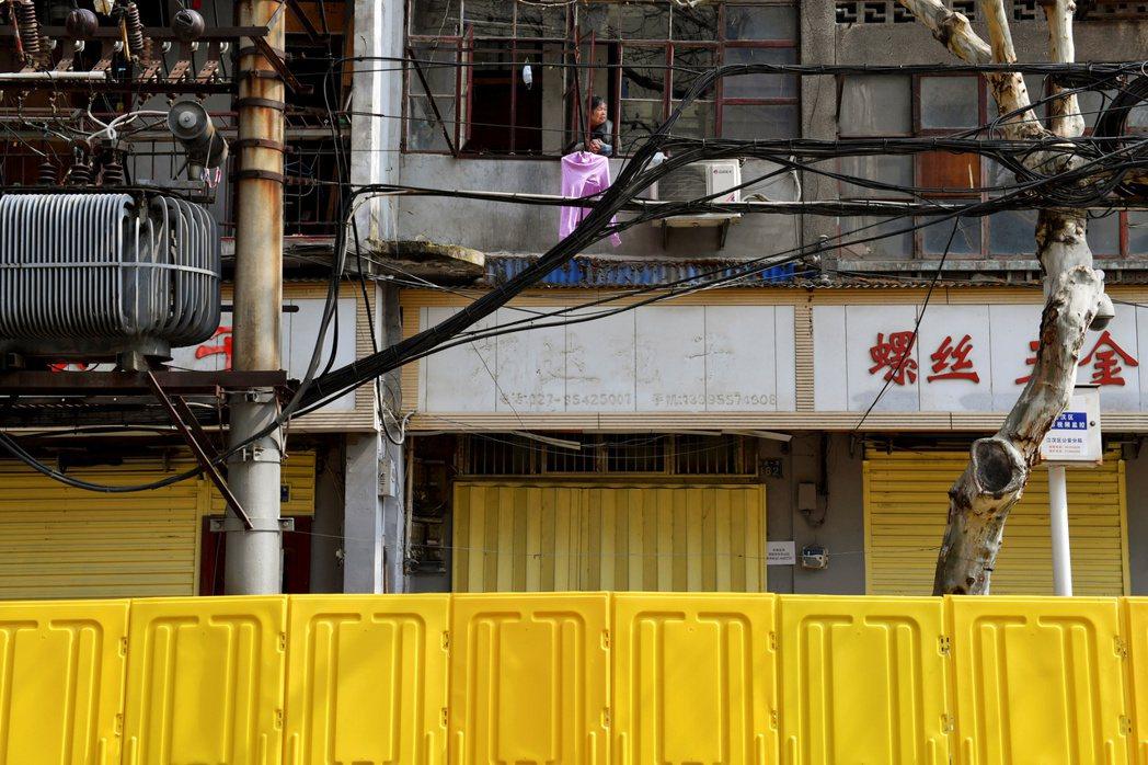 仍處於封城狀態的武漢,街道上的店家皆無營業。 圖/路透社