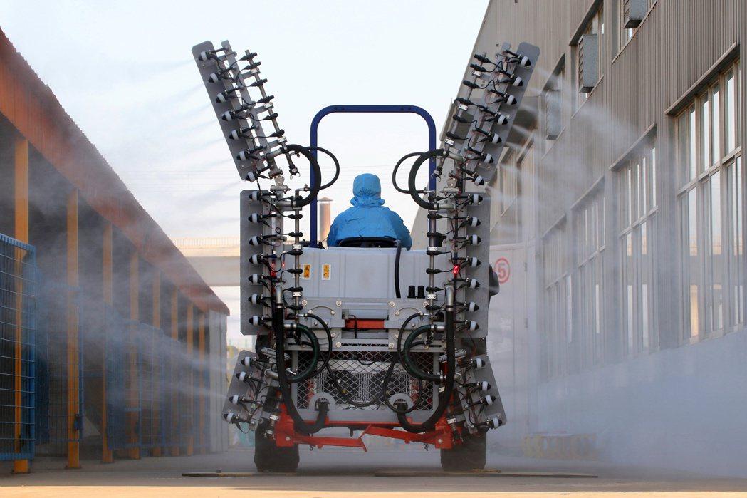 一名防疫人員正在煙臺市的工業園區進行消毒。 圖/路透社