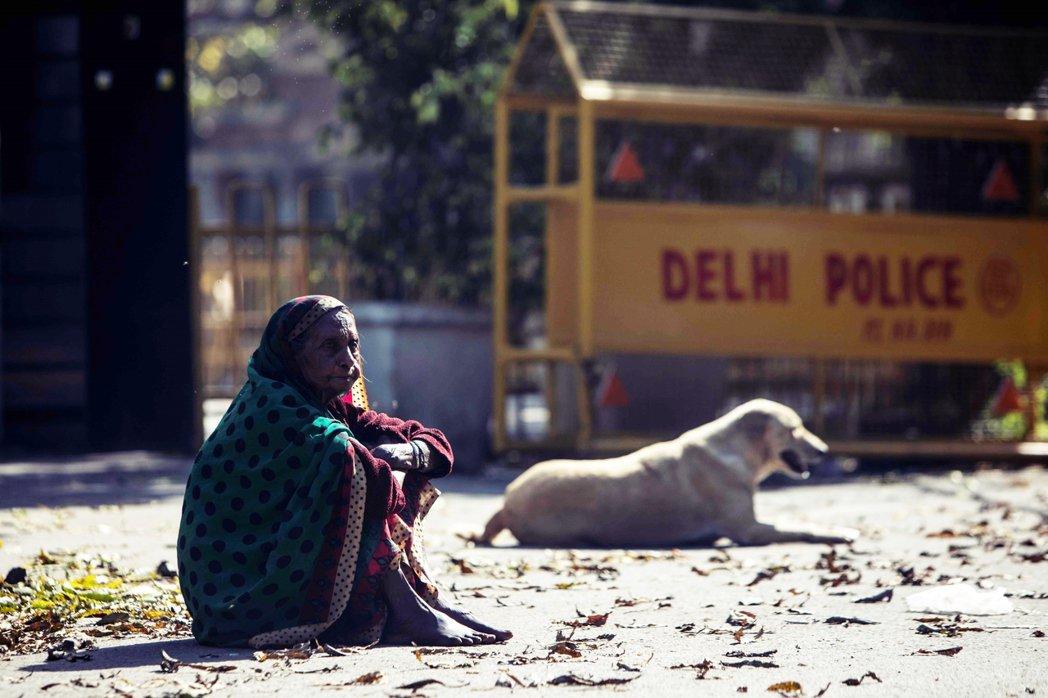 印度已於25日零時,正式進入為期21天的「全國封城」狀態,禁止13億人口的非必要...