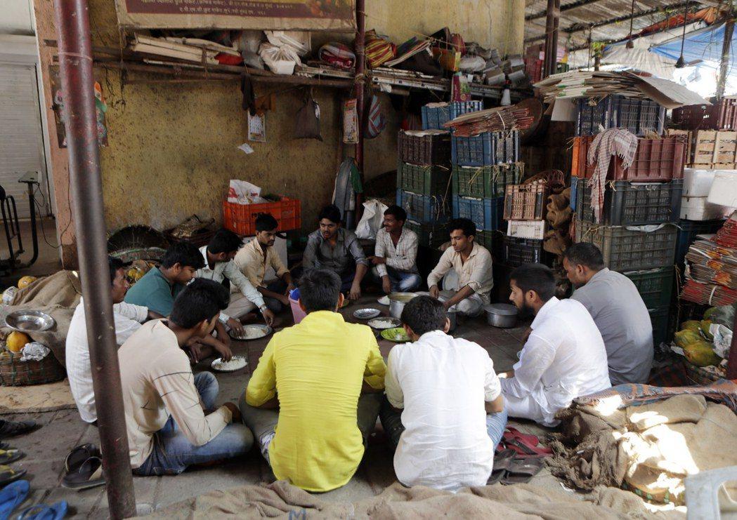封城鎖國的同時,病毒卻也殘酷地暴露出印度嚴重的貧窮問題。圖為在孟買討生活的其他邦...