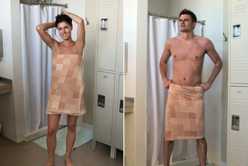 美國一間公司推出一款「馬賽克浴巾」,配上裸膚色的設計,讓人遠遠一看以為真的像打了馬賽克一樣。 圖擷自「Carmichael Collective」官網