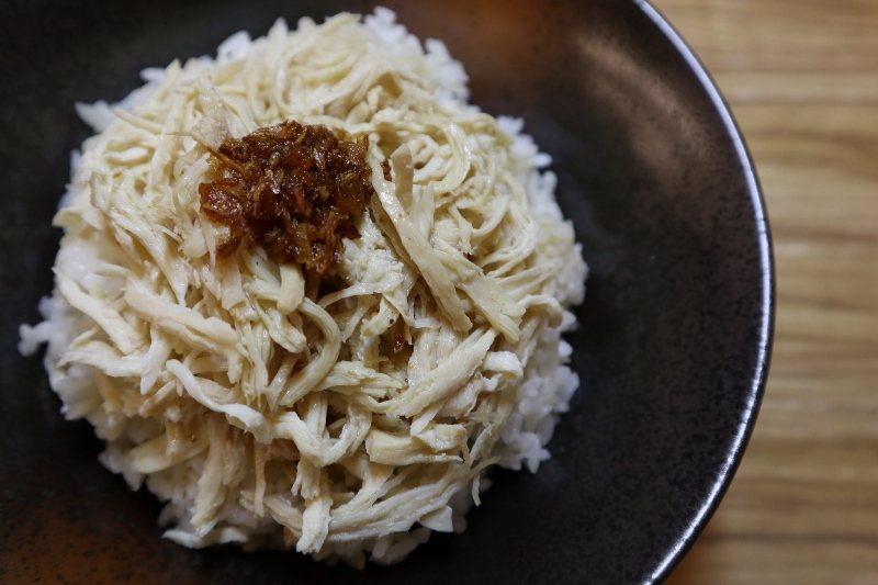 林柏諺說,店內的金牌雞肉飯,跟南洋肉骨茶是絕配,深受食客歡迎。 樂亭麵/提供