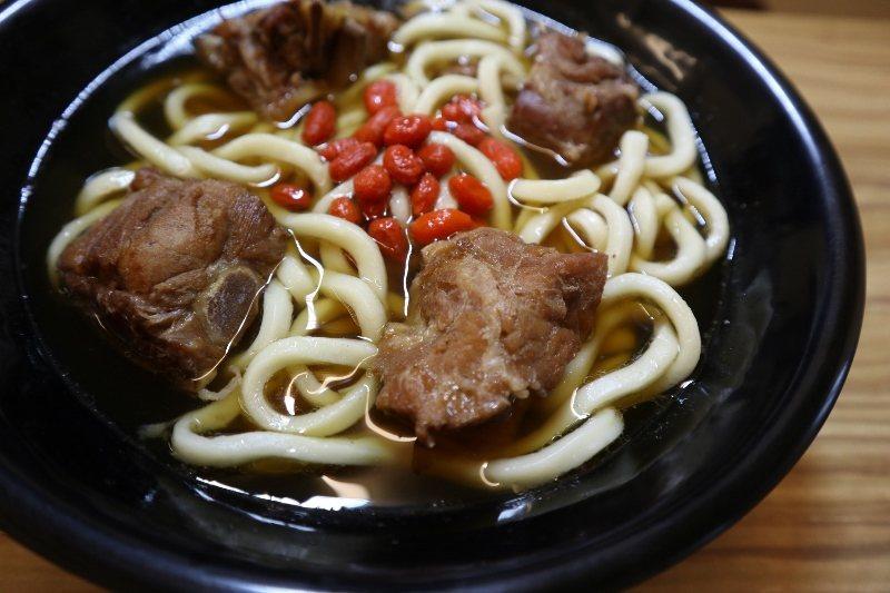 南洋風肉骨茶(麵),是樂亭麵的金字招牌,也是冷凍調理包出貨大宗。 樂亭麵/提供