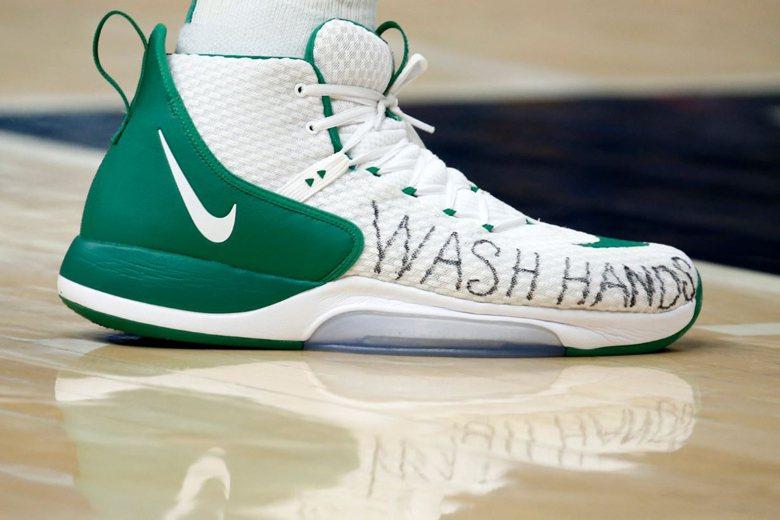 波士頓塞爾提克隊中鋒坎特(Enes Kanter),在球鞋寫上「洗手」字樣。 圖...