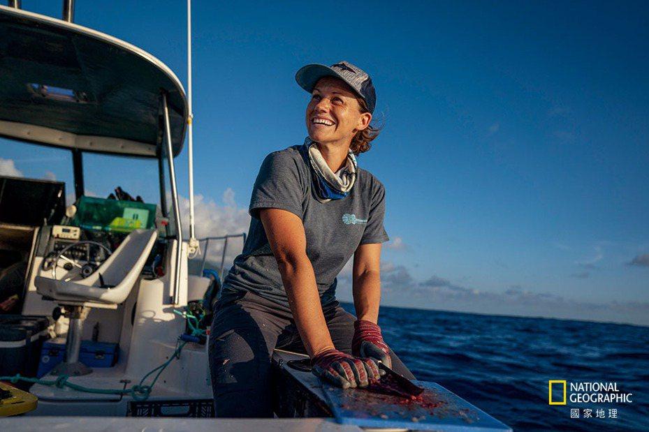 潔西.克蘭普 | 1979年 | 生海洋生物學家,協助創設了全世界最大的鯊魚保護區之一 |  潔西. 克蘭普在她居住的庫克群島搭商業漁船做研究時, 經常是船上唯一的女性。身為專門研究鯊魚的海洋生物學家, 贏得船員尊重對她 的科學成就至關重要。在得以登上漁船做研究之前, 她在這個競爭激烈的領域中苦尋不著女性良師益友。她協助在南太平洋創設了全球前 幾大的鯊魚保護區, 但她也說, 還是太常聽到人家說「妳看起來不像科學家。」克蘭普表示: 「若是一直維持現狀, 我們就無法回答世 界上最困難的問題。」 攝影:ANDY MANN