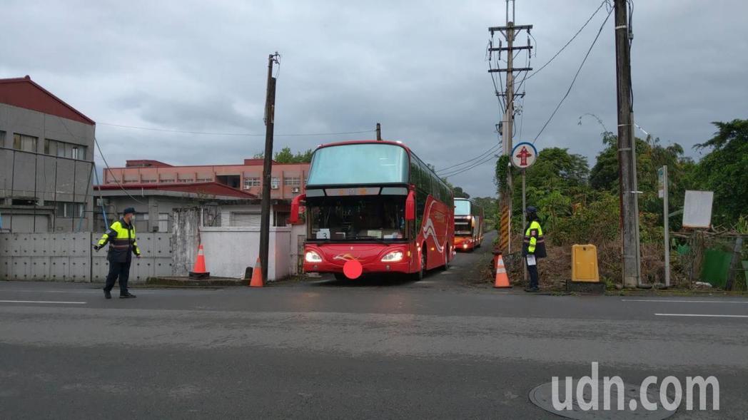 遊覽車清晨6點多,載著蘭陽檢疫所隔離人員回家。記者戴永華/攝影