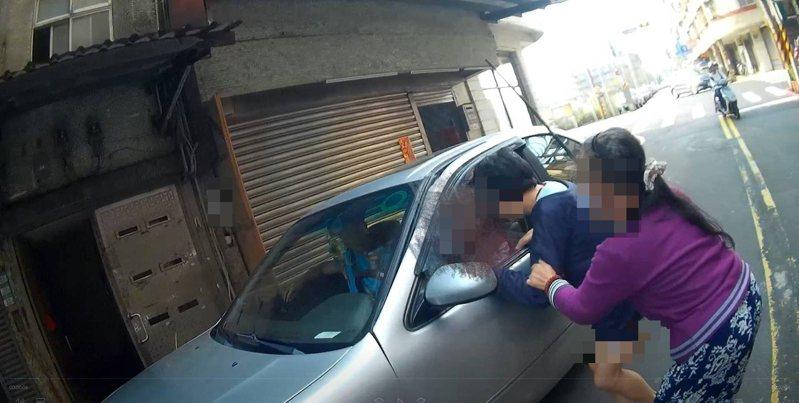 金山攔車男趴趴走好困擾,警耐心安撫送身心障礙者回家。圖/警方提供