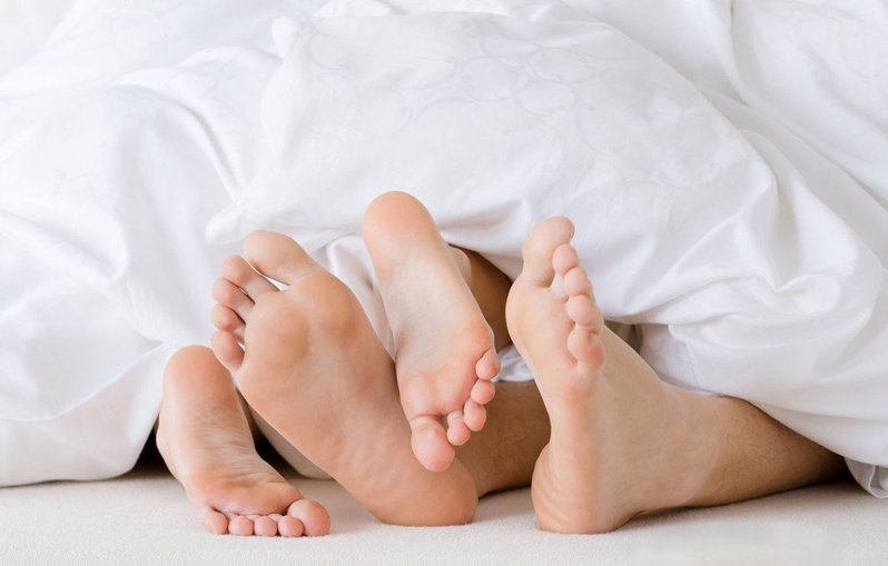 黎女背著先生和小王同居,老公抓姦目睹2人全裸躺在床上僅蓋棉被。示意圖/ingimage