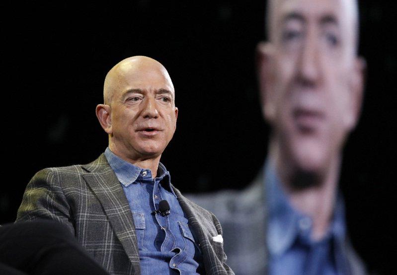 貝佐斯在2月初出售部分亞馬遜持股,免於帳面虧損3.17億美元。(圖/美聯社)