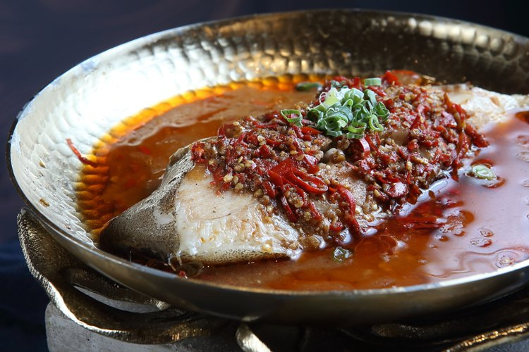 火紅椒滾淋鱈魚,每份458元。記者陳睿中/攝影