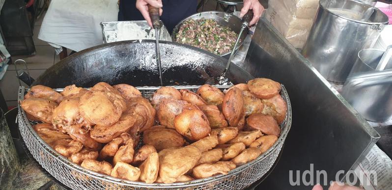 前立委顏寬恒今天帶前新北市長朱立倫到大甲,吃隱藏版美食。記者游振昇/攝影
