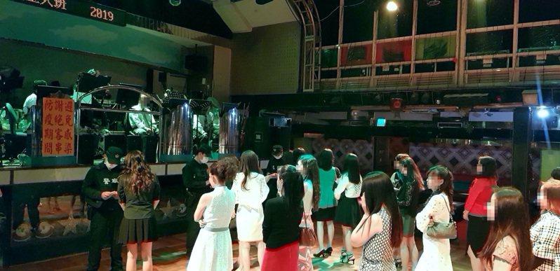 台中市北區老牌白雪大舞廳配合市府防疫政策,宣布從明天起停業1周。記者陳宏睿/翻攝
