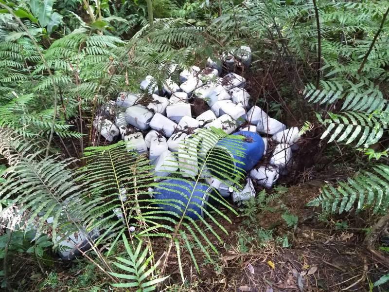 翡翠水庫集水區遭棄置100多桶廢液。圖/環保署提供