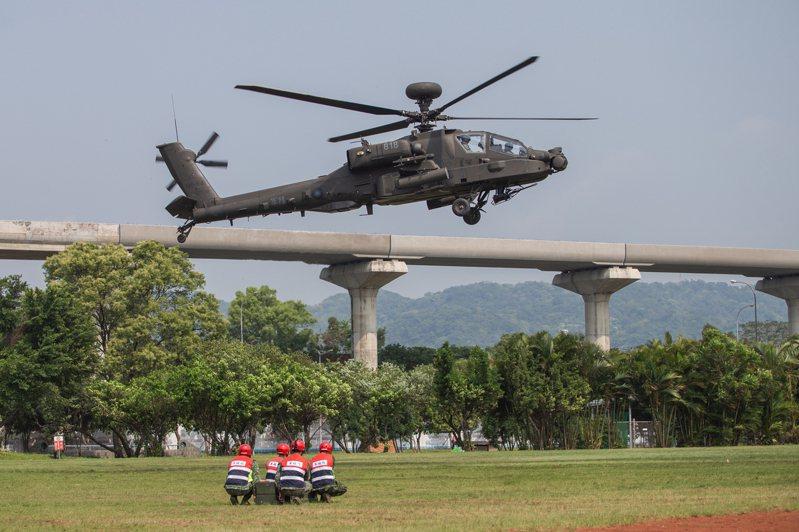 陸軍航特部上午表示,航空601旅上午派遣AH-64E攻擊直升機及OH-58D戰搜直升機,由龍潭基地起飛,至台北大學執行戰備任務訓練疏散暨戰力整補課目演練。圖/陸軍航特部提供