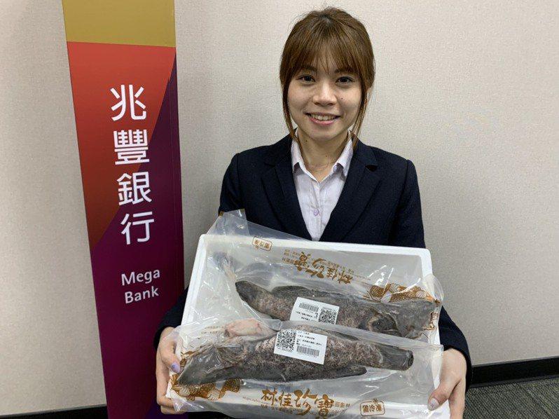 兆豐銀為體恤漁民受疫情影響,在石斑漁及午仔盛產之際,也向屏東林邊漁會採購了100公斤的石斑魚及午仔魚。 圖/兆豐銀提供