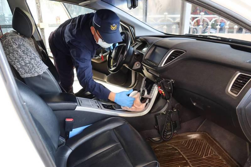 異地辦公防疫模擬演練,善化警超前部署,落實巡邏車消毒作業。圖/善化警分局提供