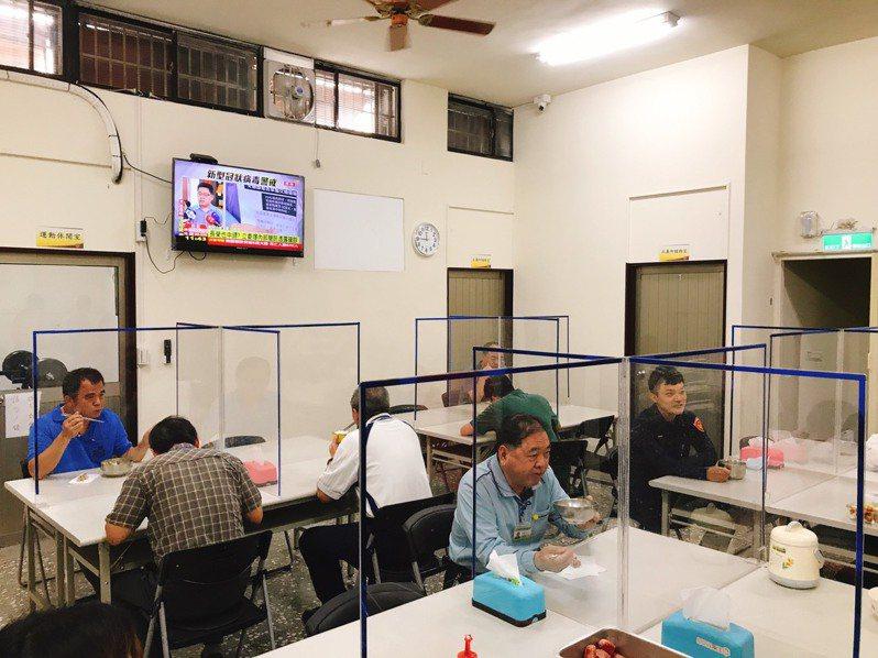 台中市第三警分局的員工餐廳為因應新冠肺炎疫情,特別裝設透明壓克力板,避免飛沬傳染。圖/第三警分局提供