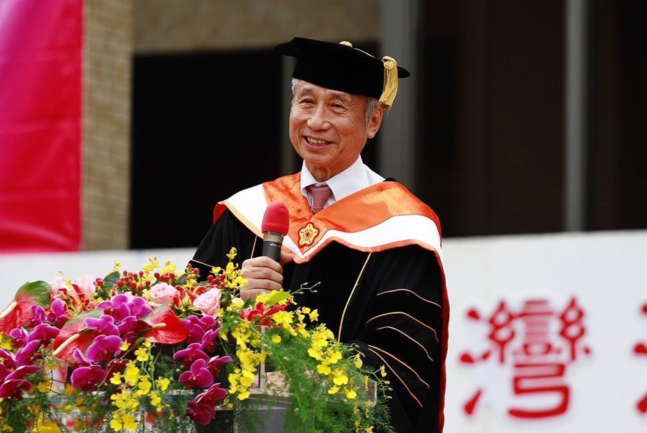 鐵工廠學徒大學讀9年拚到董事長,王光祥獲頒海大名譽工學博士。圖/海大提供