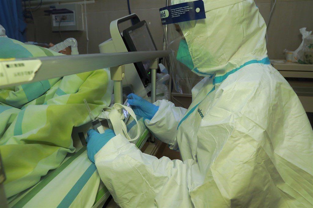 研究發現,新冠病毒感染者在症狀出現時病毒載量高,顯示該病毒易於傳播。中新社資料照...