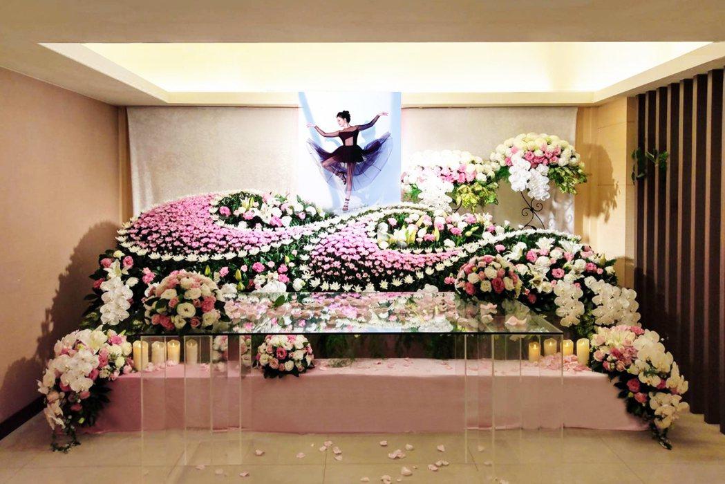 劉真靈堂布置成粉色花海。圖/容易文創提供