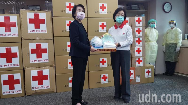 中華民國紅十字會捐贈隔離衣、面罩、口罩及手套給台北市消防局,北市副市長黃珊珊(左)代表受贈。記者李奕昕/攝影