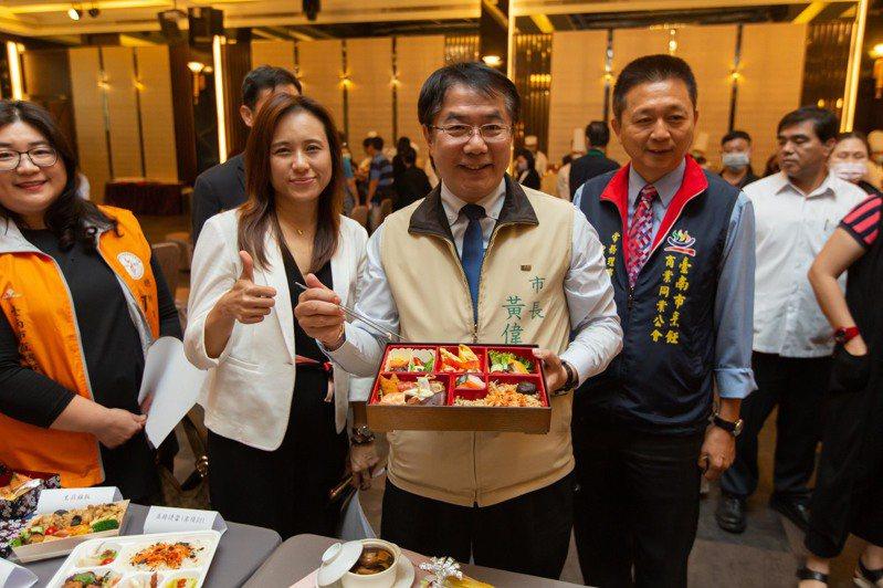 台南市有32家飯店、餐飲業者今天簽署「安心宣言」,推出「養生安心餐」。圖/台南市觀光旅遊局提供
