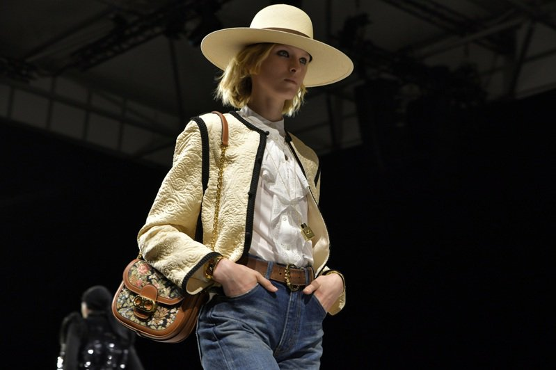 2020春夏發表秀模特兒背著Chain Maillon Triomphe復古緹花小牛皮鎖鍊包,售價89,000元。圖/CELINE BY HEDI SLIMANE提供