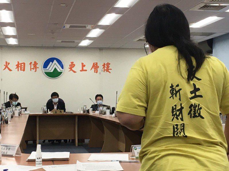 今天許多環團及在地居民出席環評大會,反對通過桃機第三跑道開發案。記者吳姿賢/攝影
