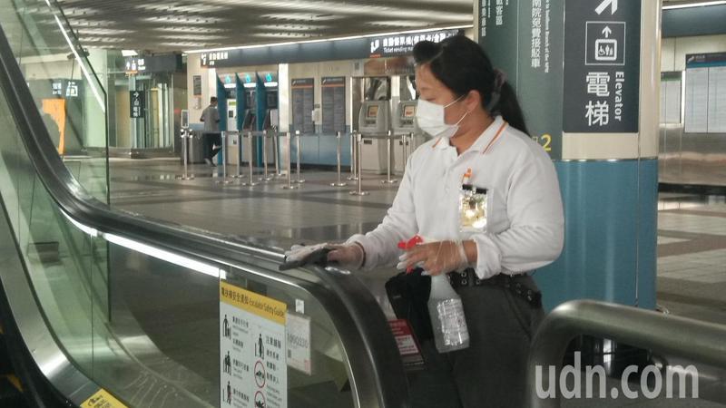 嘉義縣政府今天成立消毒防疫大隊,嘉義高鐵站的清潔人員也將每4小時清潔一次的頻率提高至每2小時一次。記者陳玫伶/攝影