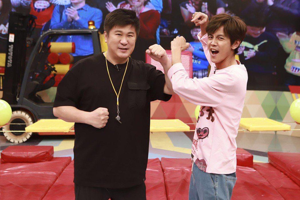 胡瓜(左)錄影空檔悶悶不樂,上了台強顏歡笑,右為阿翔。圖/民視提供