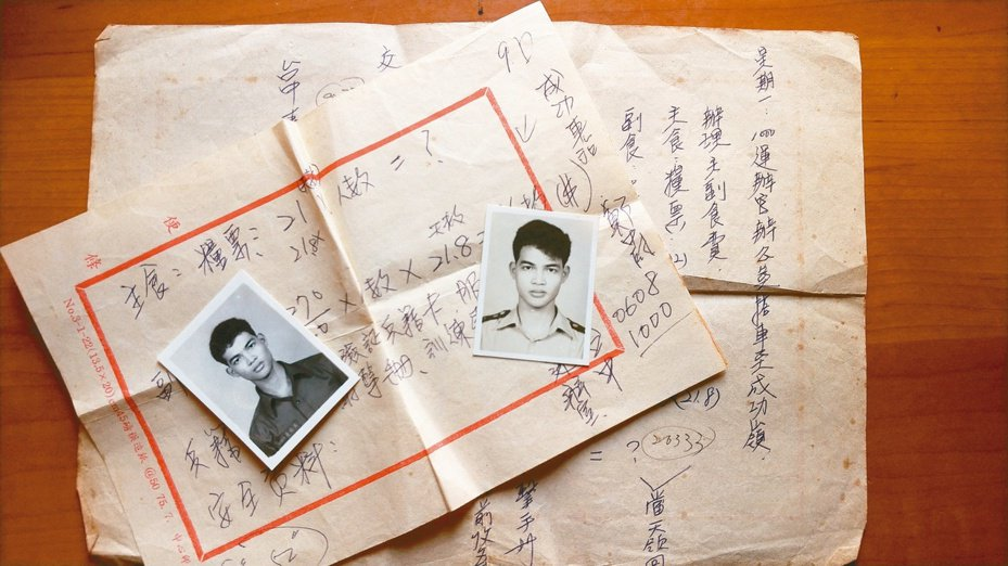 吳鈞堯服役兩張大頭照,背景便箋是內文提到的領兵細節。(圖/吳鈞堯提供)