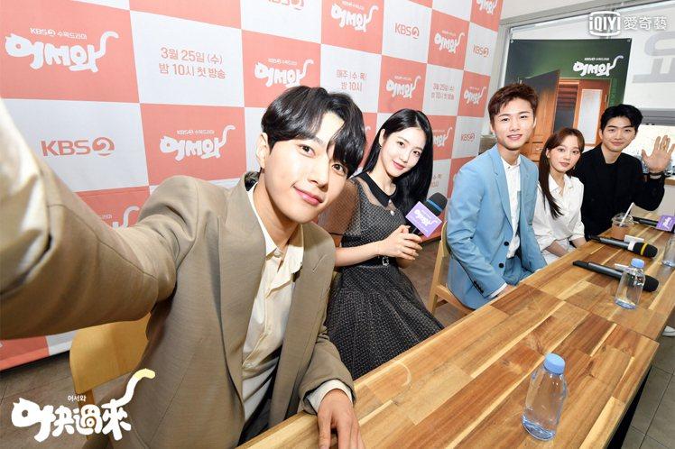 「快過來」演員一起出席線上記者會,金明洙(左起)、辛睿恩、徐志焄、尹芮珠和姜勳。...