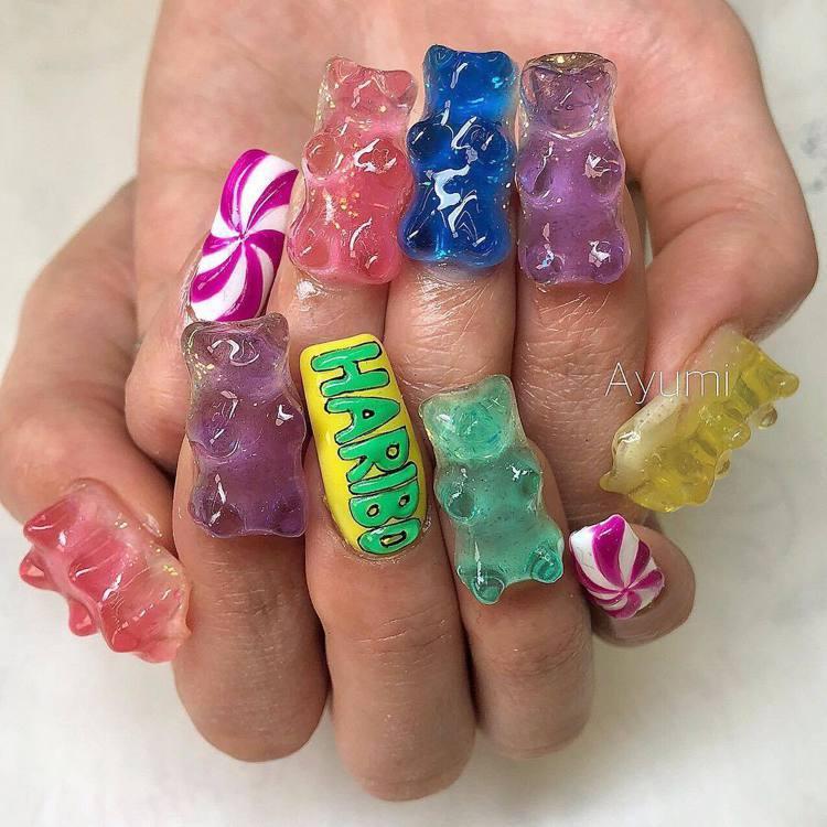 歐美風格的小熊軟糖指甲,小熊造型更大。圖/摘自IG