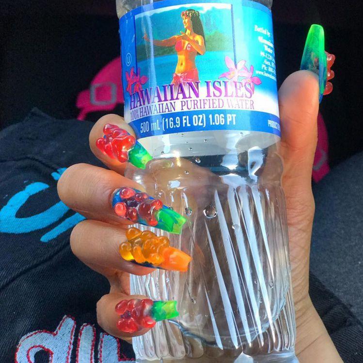 歐美風格的小熊軟糖指甲,會用霓虹色加強視覺感。圖/摘自IG