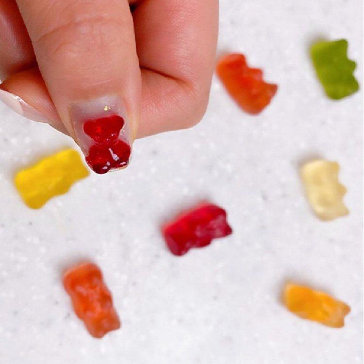可愛的小熊軟糖指甲,自己DIY也能做到。圖/摘自IG