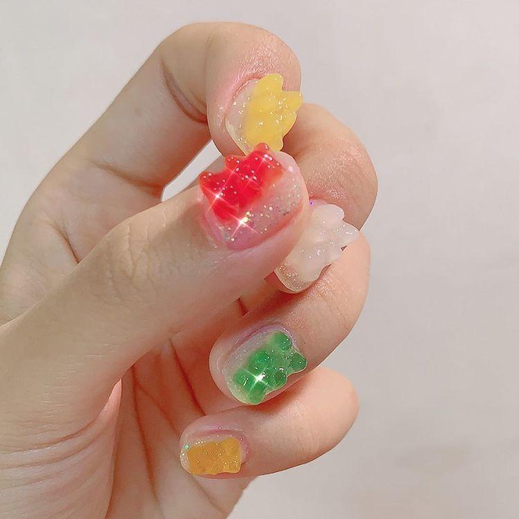 可愛的小熊軟糖指甲,是用模具製造。圖/摘自IG