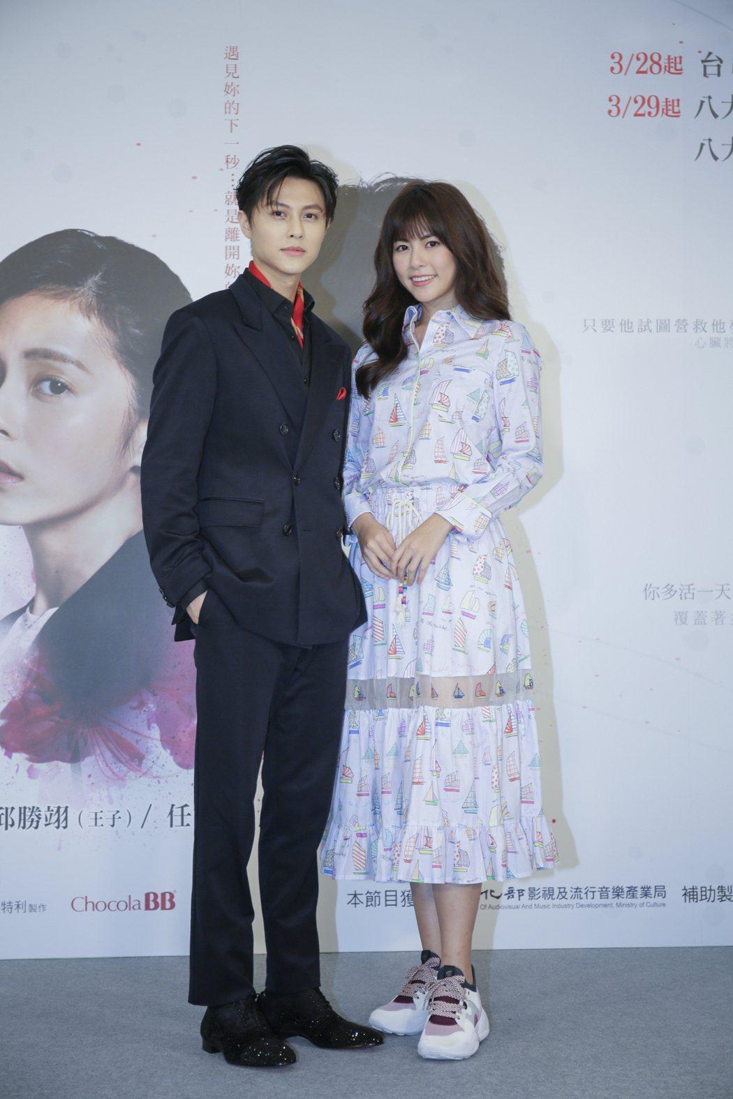 邱勝翊(左)、任容萱主演「覆活」。圖/八大提供