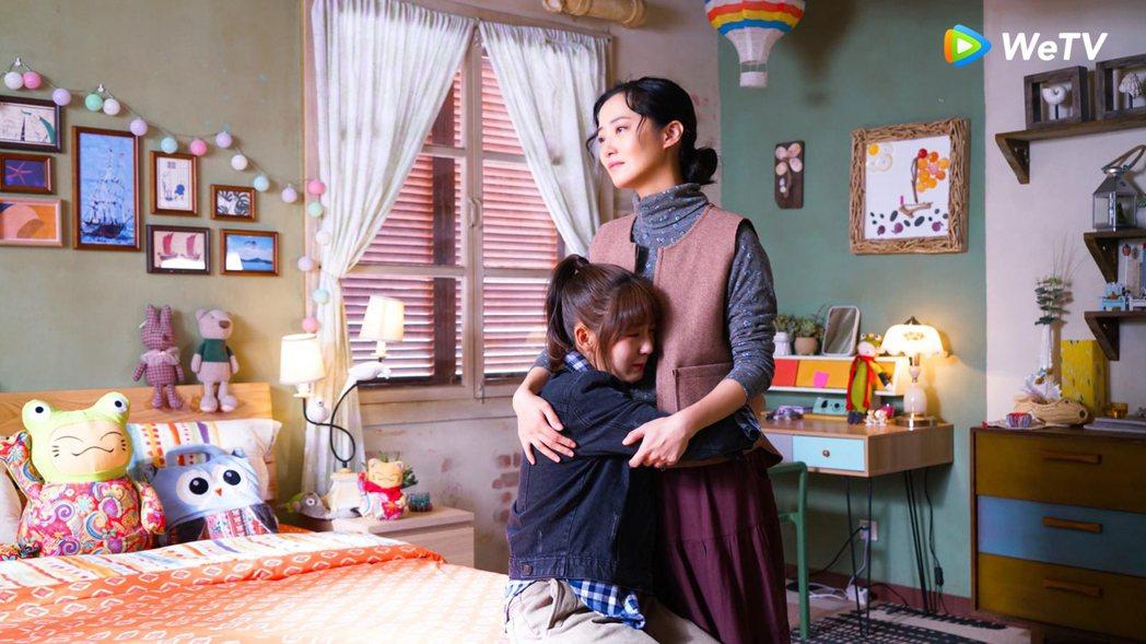 趙小僑(右)在「忘記你,記得愛情」演邢菲的媽。圖/WeTV提供
