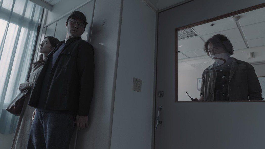 許瑋甯(左起)、張孝全劇中背著王識賢辦案,深怕被發現。圖/Netflix提供