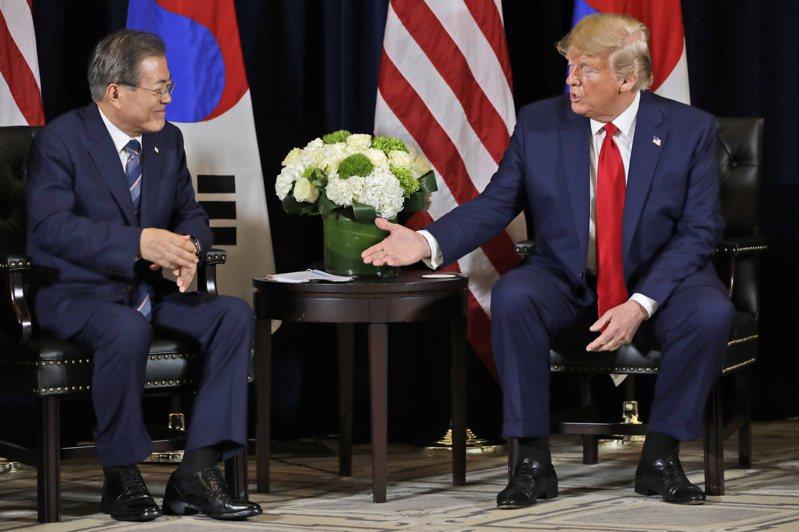 美國總統川普(右)在電話中請南韓總統文在寅(左)提供醫療資源支援。美聯社