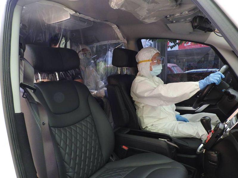 台中市警局烏日分局為因應居家檢疫、居家隔離對象日增,將一輛警備車改裝為「防疫專車」因應。記者趙容萱/翻攝